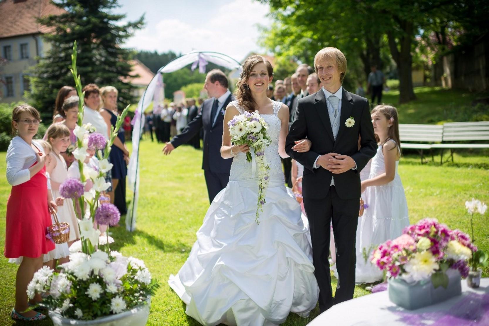 Svatba na zahradě zámku Růžkovy Lhotice.